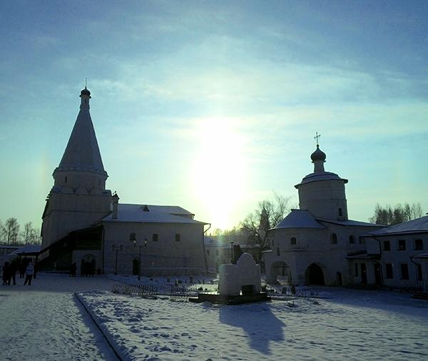 Памятник Святителю Иову на монастырской площади
