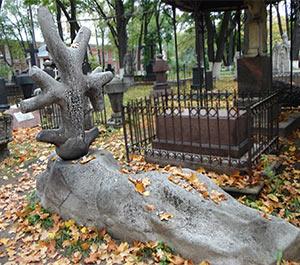 """Масонский крест """"древо жизни"""" на плите в виде сфинкса (старый некрополь Донского монастыря)"""